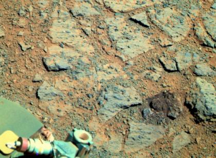 Место, с которого маневрировавший марсоход выбил таинственный камень