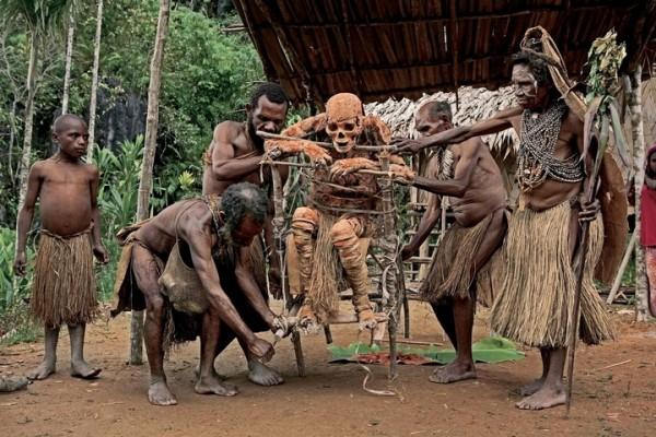 Племя анга, проживающее в провинции Моробе, до сих пор практикует мумификацию тел усопших родственников с помощью глины. Таким образом они отдают дань уважения предкам.