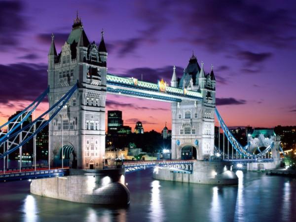 Возведенными в 1894 г. разводной Тауэрский мост между Сити и Саутворком — один из символов Лондона.