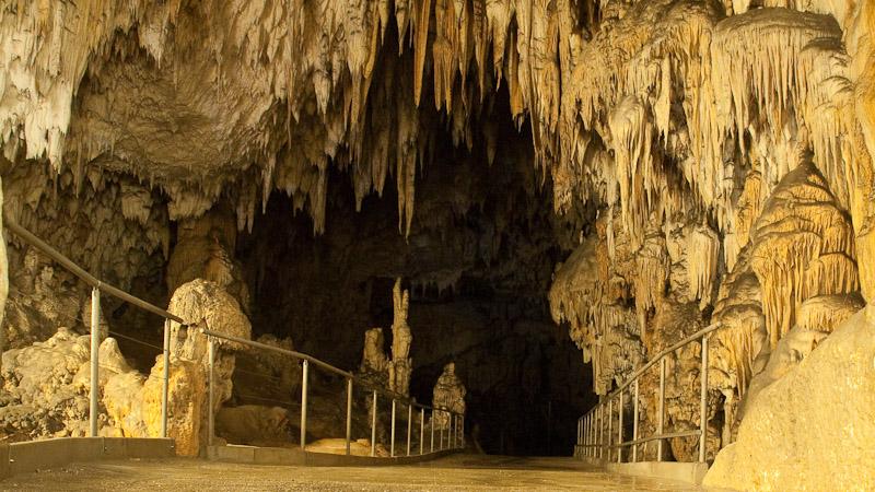 Натечные образования в пещерах и травертиновые террасы