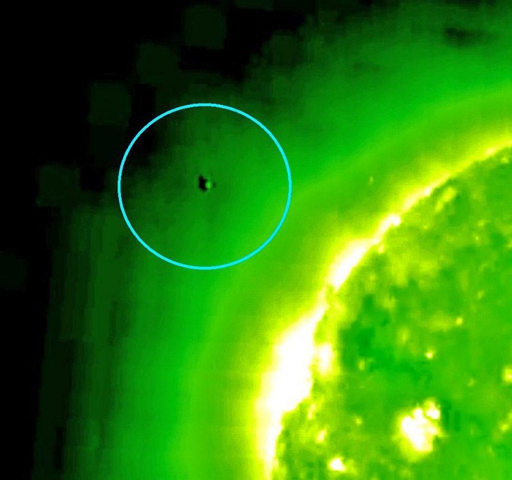 Странный объект возле Солнца