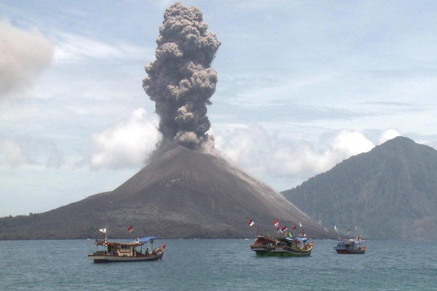 Таинственный и опасный вулкан Кракатау