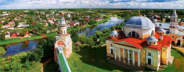 Борисоглебский монастырь, реконструированный по проекту архитектора Львова, возвышается на холме над историческим центром города.