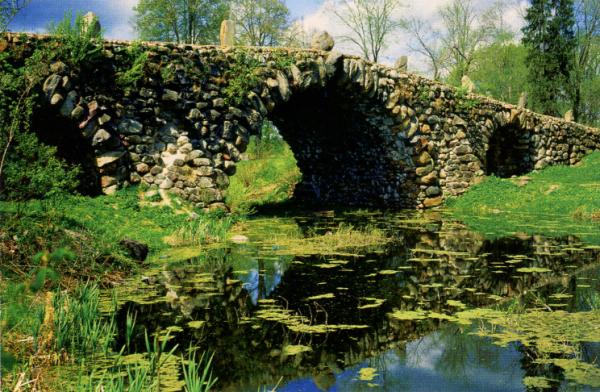 Усадьба Василево в окрестностях Торжка известна так называемым Чертовым мостом. Это валунное сооружение создано без креплений.
