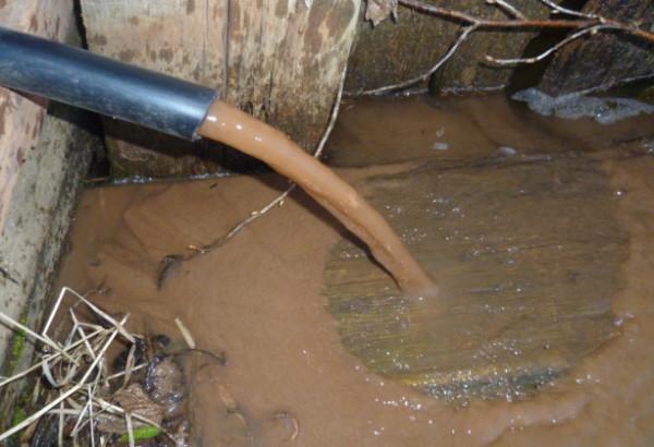 Очистить воду грязью