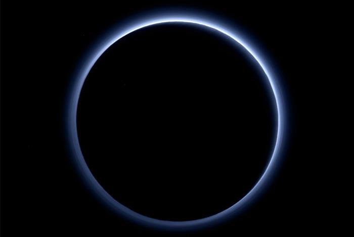 Над Плутоном - голубое небо