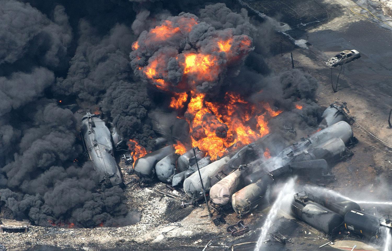 Состав с нефтью уничтожил полгорода