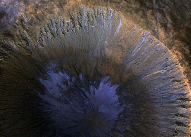 Зимний пейзаж марсианского кратера с оврагами