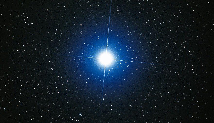 Какая звезда на небе самая яркая?