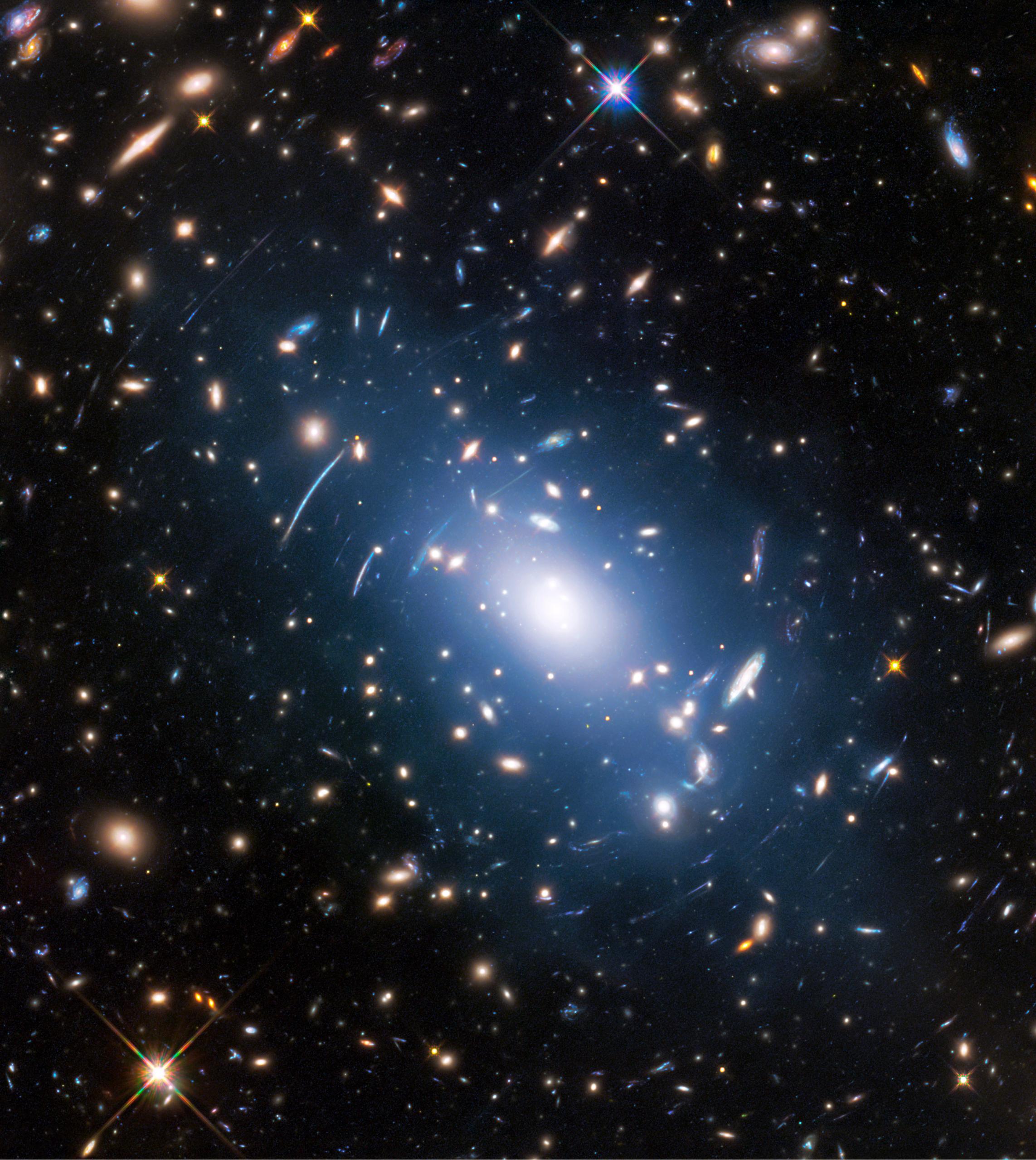 Hubble сфотографировал далекое скопление галактик